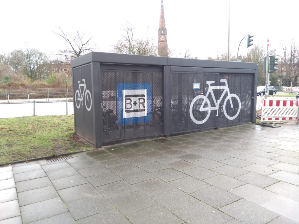 B+R Station in Hamburg, U-Bahnhof Mundsburg. Ansicht von LInks