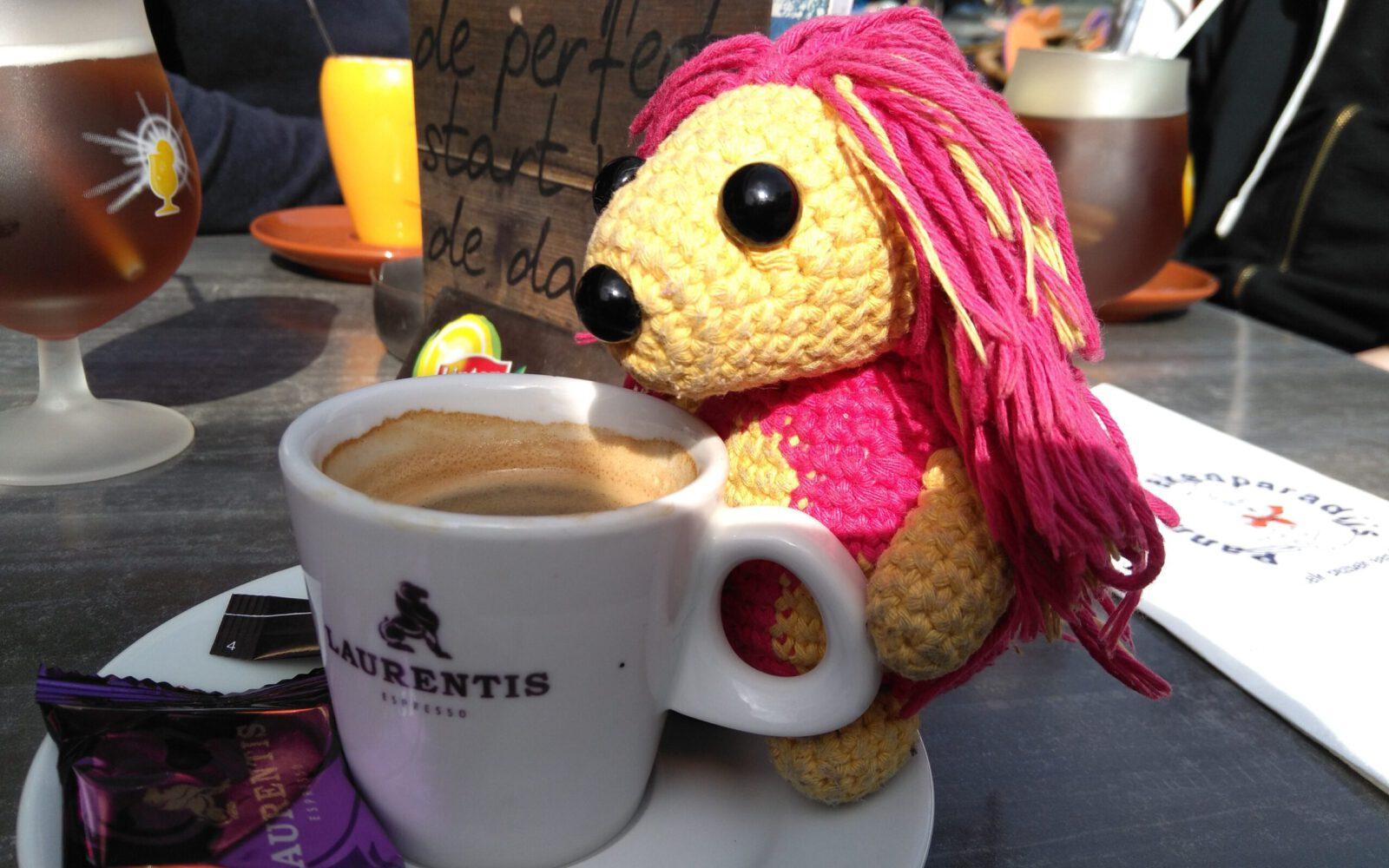 Igelchen (Gehäkelter Plüsch Igel im Amigurumi-Stil) trinkt einen Kaffee in Valkenburg aan de Geu (Niederlande)
